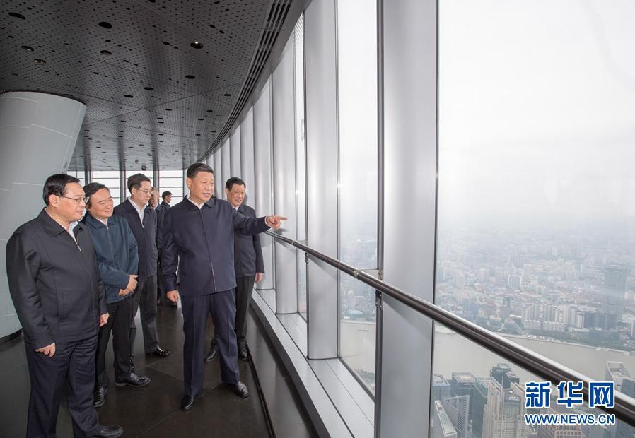 這是習近平在上海中心大廈119層觀光廳俯瞰上海城市風貌。 新華社記者李學仁攝