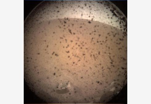 """""""洞察""""号无人探测器成功登陆火星 传回火星第一张照片"""