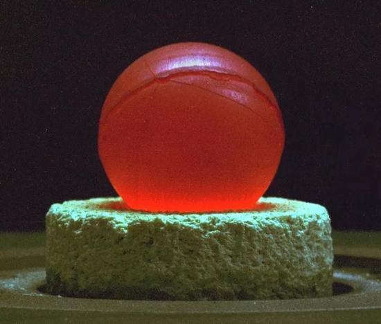 图为正放出大量热量的钚238。(图片来自Cournoyer)