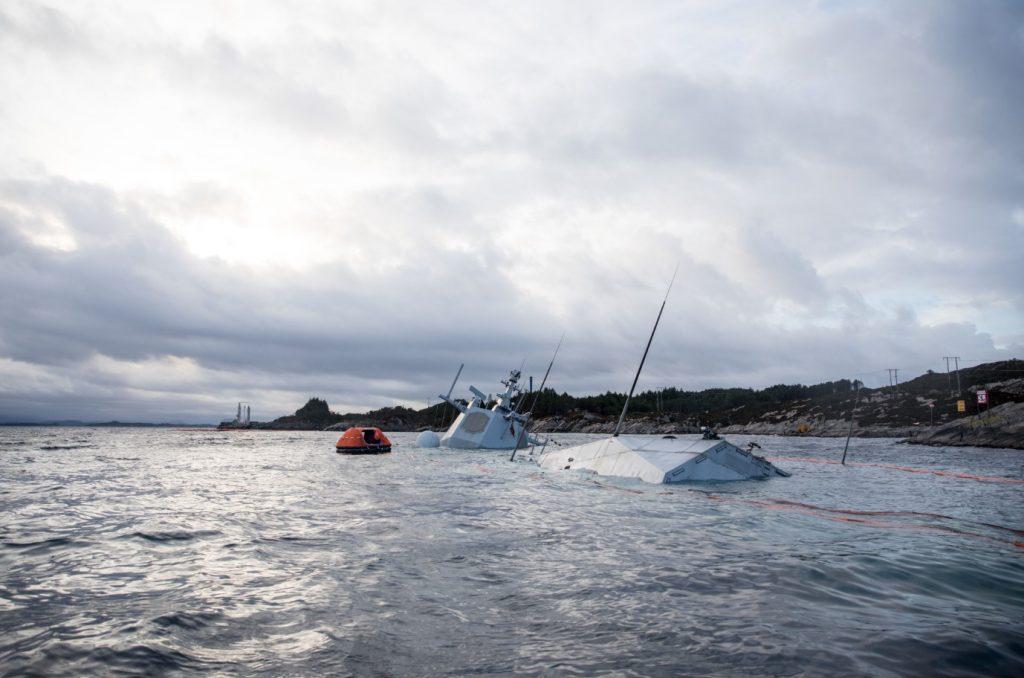 挪威沉没护卫舰有救了 两艘中国造浮吊船开始打捞