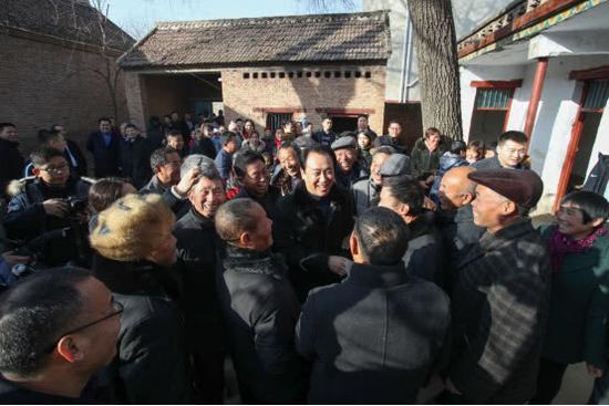 许家印回到周口市太康县高贤乡聚台岗村,家乡父老见到他格外亲切。