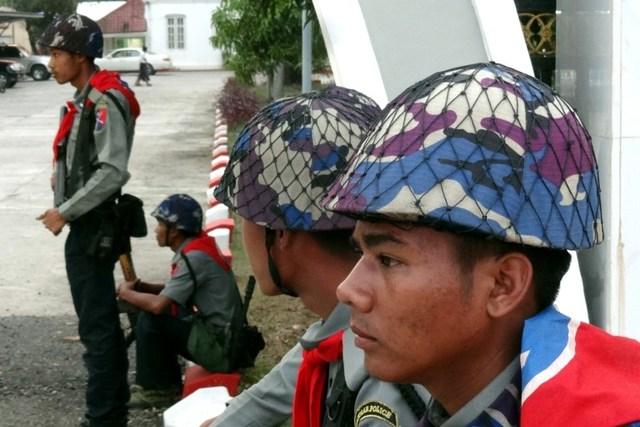 myanmar-police_FCA7B989400E40D297DEC2575F00D77D.jpg