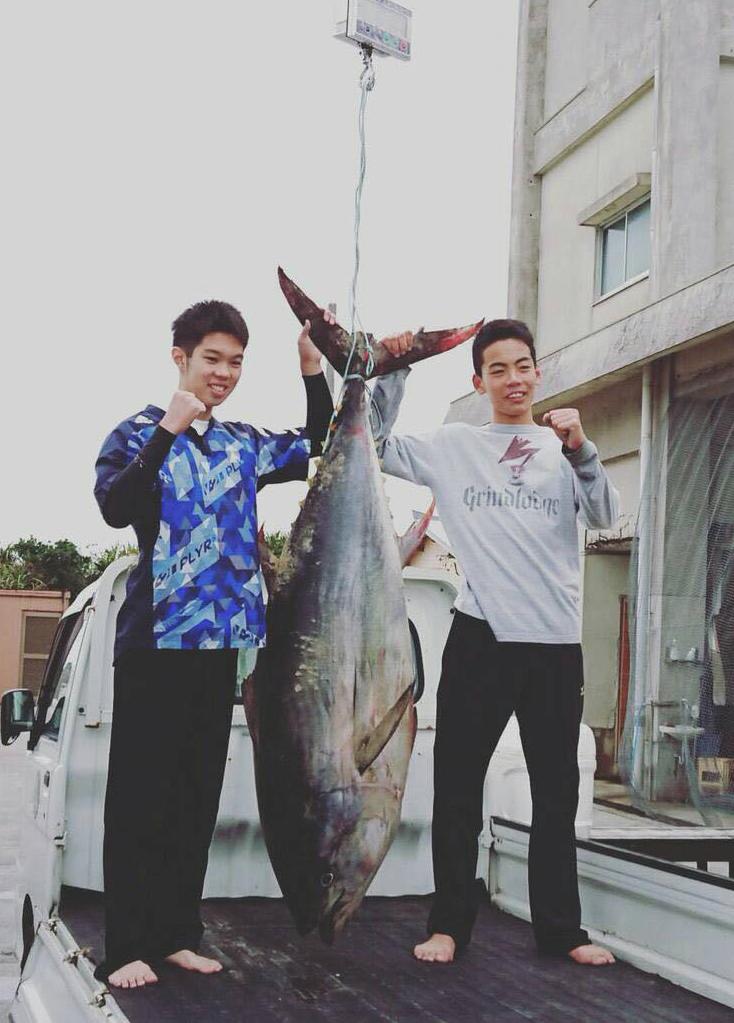 日本初中生徒手制服近2米大鱼 扛到居酒屋烤着吃