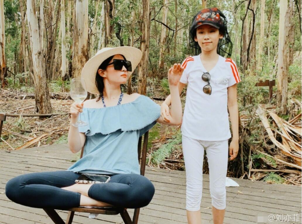 刘亦菲与家人度假 女神放飞自我后是这个画风…(组图)