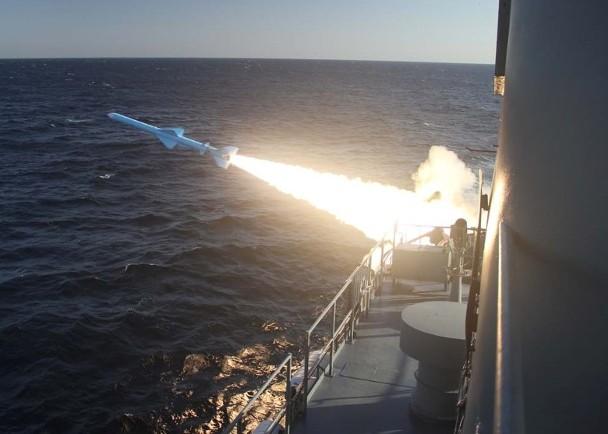 一艘从中东波斯湾_伊朗在霍尔木兹海峡军演 首射巡航导弹展国力_凤凰网资讯_凤凰网