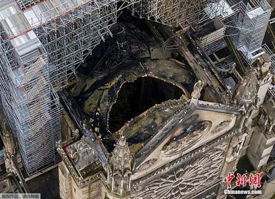 """当地时间2019年4月17日,俯瞰火灾后的巴黎圣母院,屋顶被烧穿出现""""大窟窿"""",触目惊心。"""