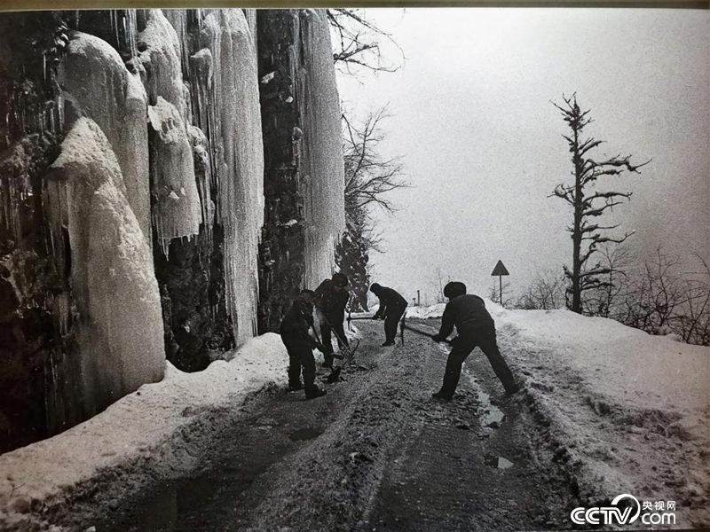 二郎山盘山公路。(翻拍于川藏公路纪念馆)