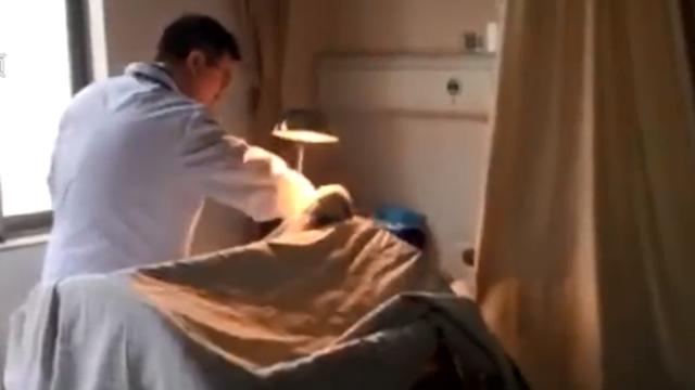 男子喝1公斤白酒醒后发现生殖器被切 医生7小时帮接回