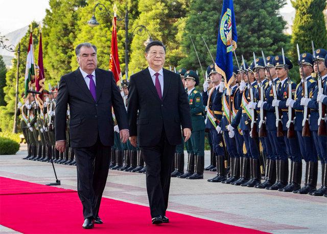 6月15日,国家主席习近平在杜尚别同塔吉克斯坦总统拉赫蒙会谈。会谈前,拉赫蒙在总统府前广场为习近平举行盛大欢迎仪式。新华社记者李涛摄