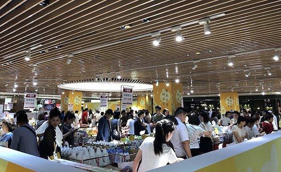 """7层活动区正在举办""""食品日用品特卖会"""",是百货中聚集人流最多的地方。杨秋月拍摄"""