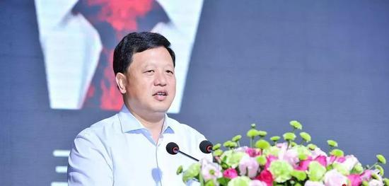 """王晓光在2017年""""多彩贵州风黔酒中国行""""河南郑州站活动开幕式上讲话。"""