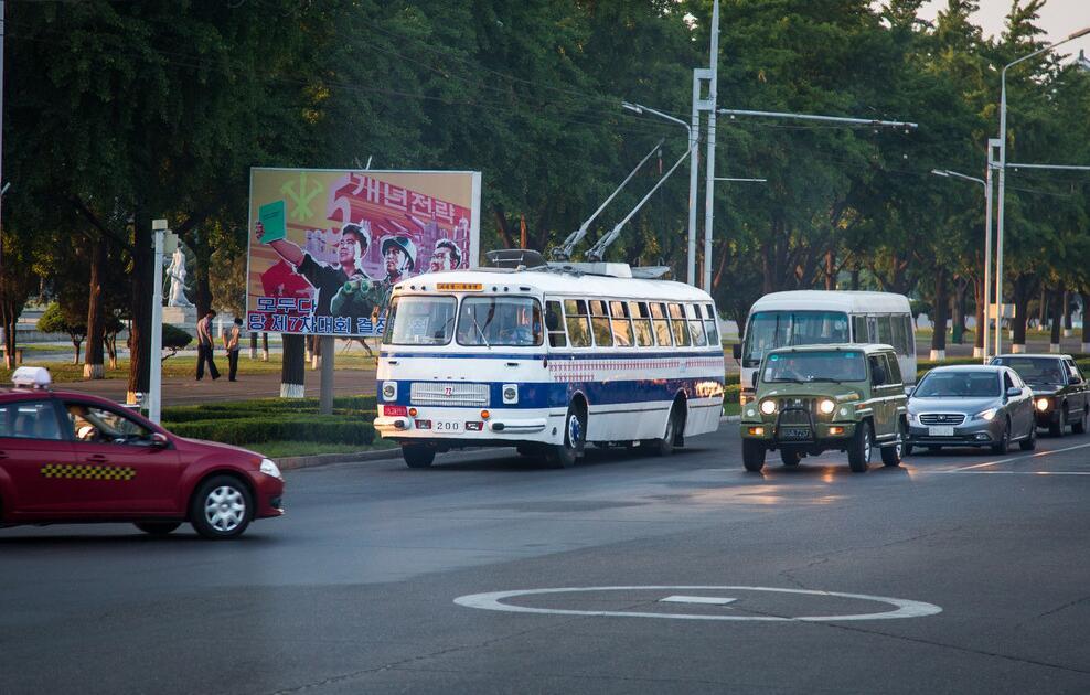 """朝鲜街头豪车_神秘国度朝鲜平壤街头的""""破车与豪车""""_凤凰旅游"""