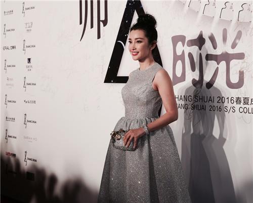 angelababy和张歆艺_明星造型师张帅转行服装设计师 范冰冰捧场当模特_凤凰时尚