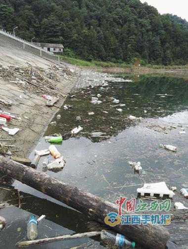 """""""省級水利風景區""""萬載水庫遭污染 垃圾遍地"""