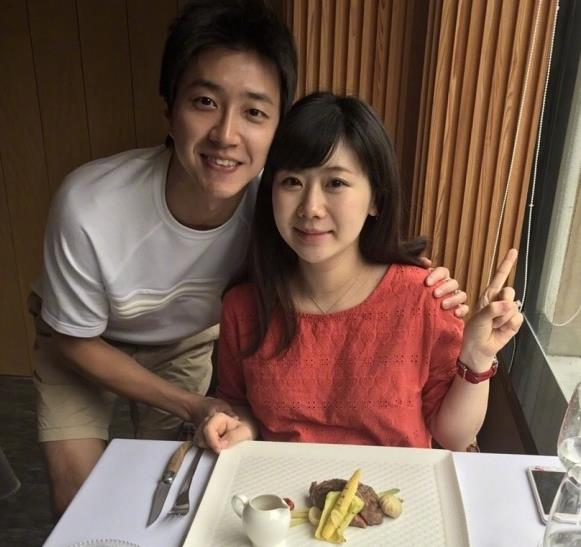 福原爱与老公庆祝结婚一周年 挺孕肚甜蜜依偎超幸福