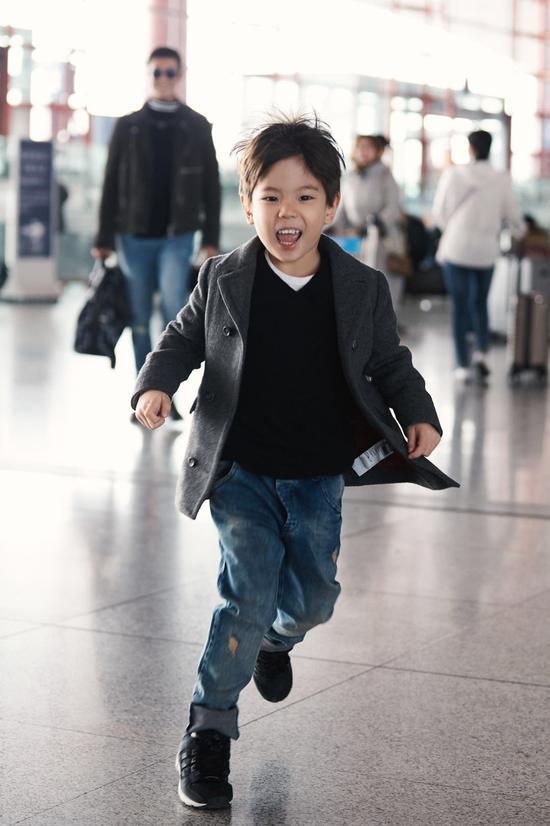杜江嗯哼父子装现身机场 穿搭亮眼潮范