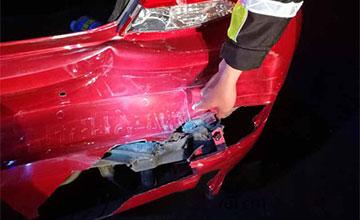 高速追尾后司机侥幸逃离 哪知车牌印在了前车尾部