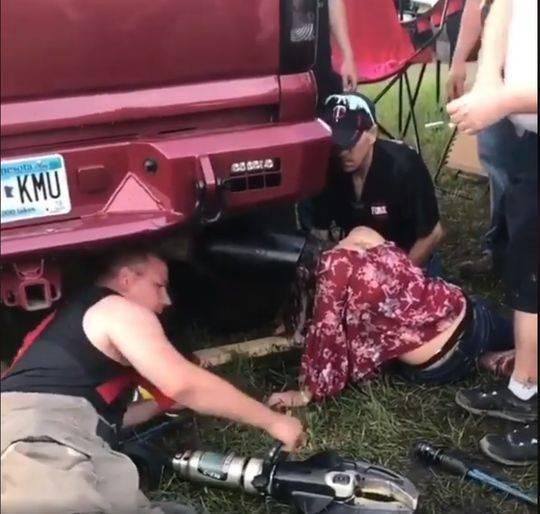 奇葩!美國18歲少女腦袋被卡汽車排氣管(組圖)