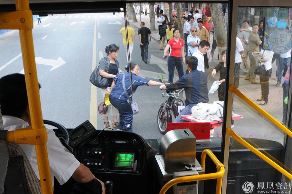 下午三點,高考英語聽力開始,山東青島29中考點門前,考生家長擔高清圖片