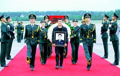 哥哥日_6月9日,申亮亮的哥哥申明明怀抱弟弟的遗像和礼兵一起护送申亮亮的