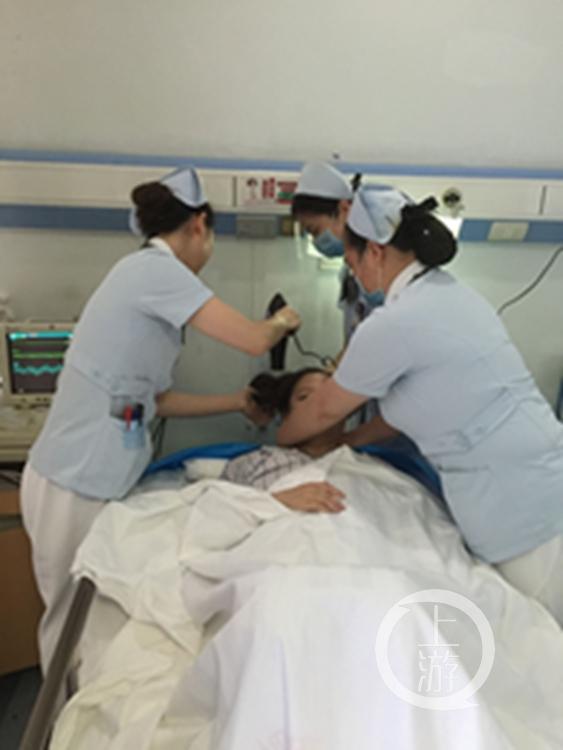 淫荡的女护士被病人干_护士为病人洗头,好暖心.重庆晨报-上游新闻记者 杨新宇翻拍