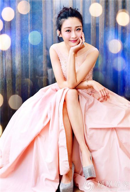 陳冰禮裙造型華美驚艷 淺笑凝望宛若公主