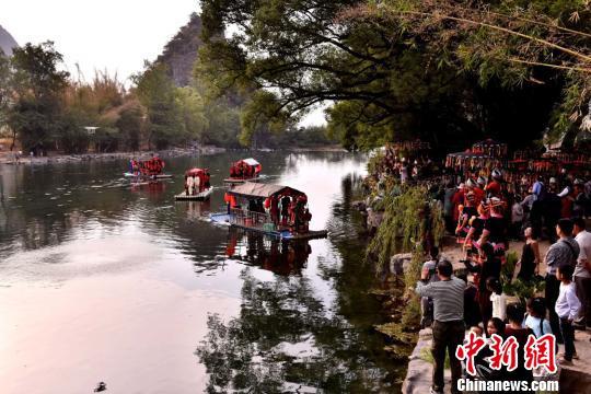 图为传统水上瑶族婚嫁习俗吸引大批民众。