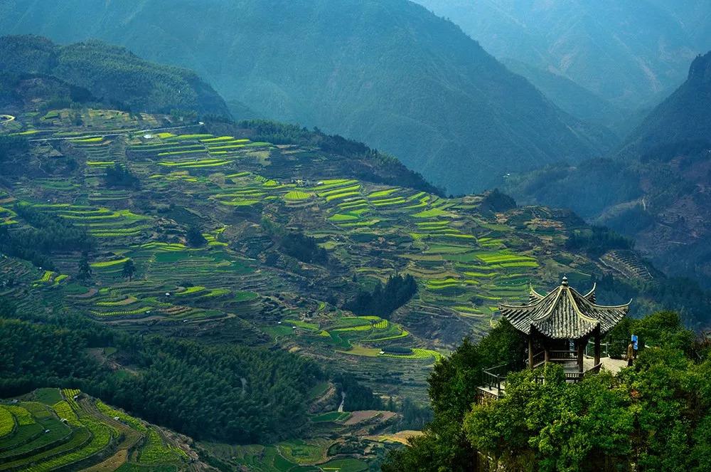 在中國有這樣一個地方,山清水秀,水面寧靜如鏡,霧氣藹藹仿佛仙境
