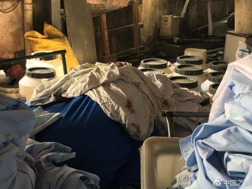 """""""丰源""""洗涤厂内带血的衣物与清淡衣物堆放在一首。见习记者于子敬摄来源:中国之声"""