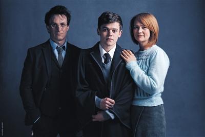 杰米·帕克饰演哈利·波特、波比·米勒饰演金妮、萨姆·克莱门特饰演小儿子阿不思·波特。