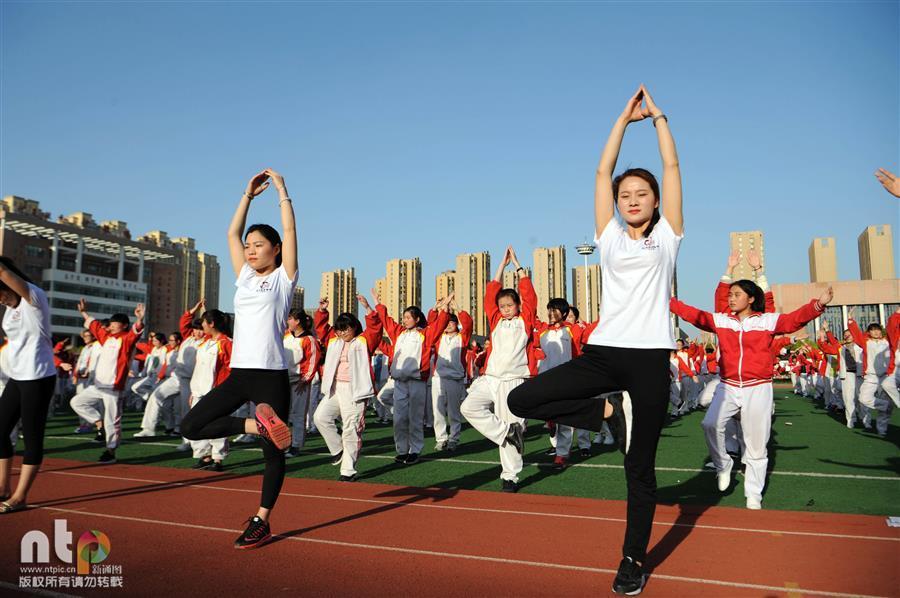 安徽亳州千余名高三學生集體練瑜伽 平心靜氣迎高考圖片